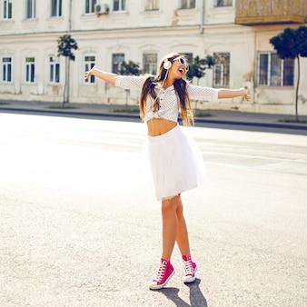 Młoda kobieta, słuchanie muzyki na ulicy