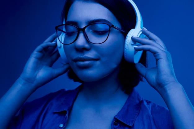 Młoda kobieta, słuchanie muzyki w słuchawkach