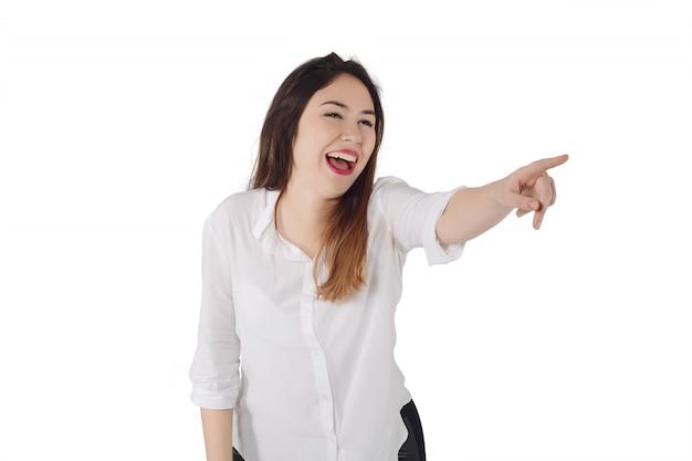 Młoda kobieta śmia się coś i wskazuje awa