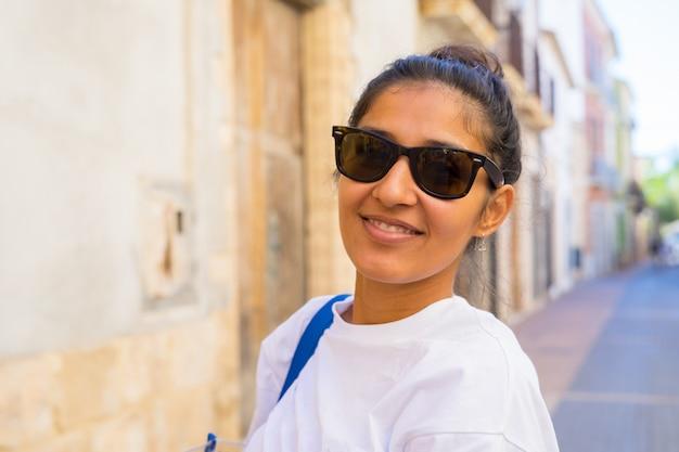 Młoda kobieta, śmiejąc się i szczęśliwy