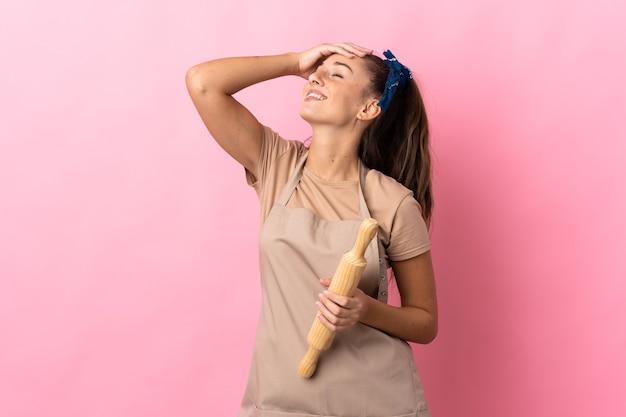 Młoda kobieta śmiejąc się wałkiem do ciasta