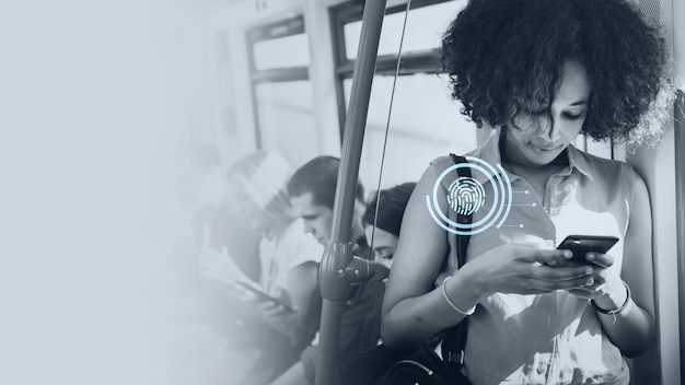 Młoda kobieta sms-y w metrze
