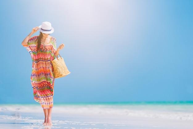 Młoda kobieta spaceru na plaży