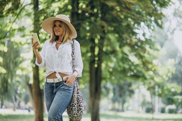 Młoda kobieta spaceru w parku