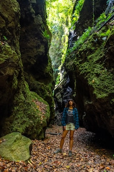 Młoda kobieta spacerująca po kanionie parku przyrody los tinos na północno-wschodnim wybrzeżu