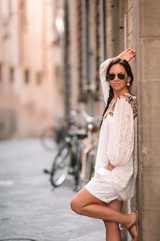 Młoda kobieta spacerująca po opuszczonych ulicach europy.
