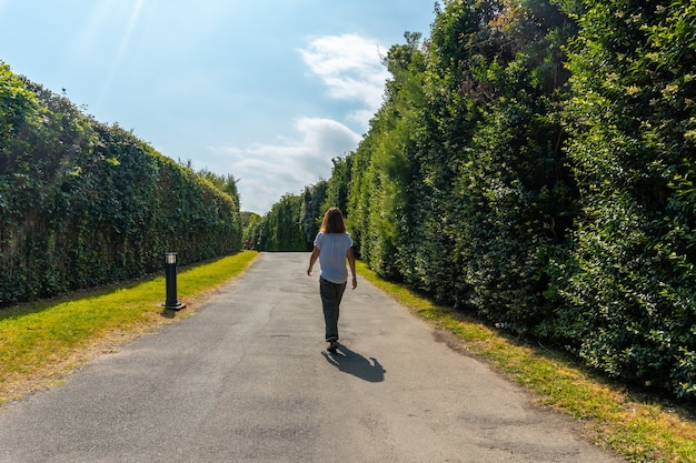 Młoda kobieta spacerująca po parku przyrody saint jean de luz o nazwie parc de sainte barbe, col de la grun we francuskim kraju basków