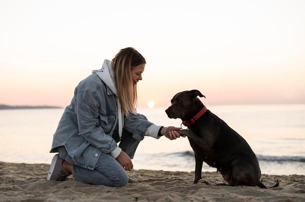 Młoda kobieta spędza czas ze swoim psem