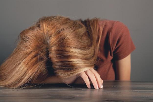 Młoda kobieta śpi na stole