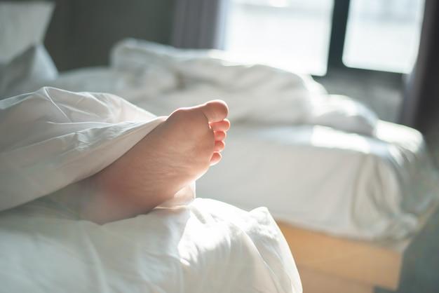 Młoda kobieta śpi w łóżku w domu