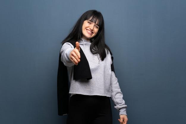 Młoda kobieta sport drżenie rąk za zamknięcie dobrej oferty