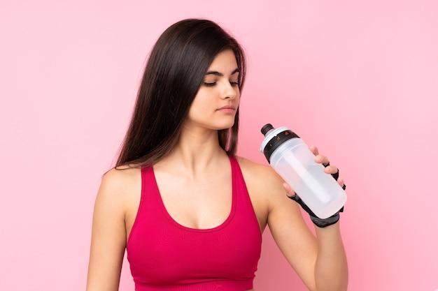 Młoda kobieta sport na białym tle różowy z butelką sportową
