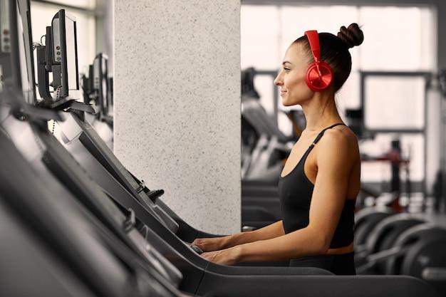 Młoda kobieta sportowy robi treningu na siłowni