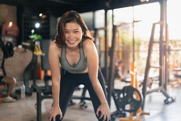 Młoda kobieta sportowy, rozciąganie na siłowni, koncepcja sportu fitness