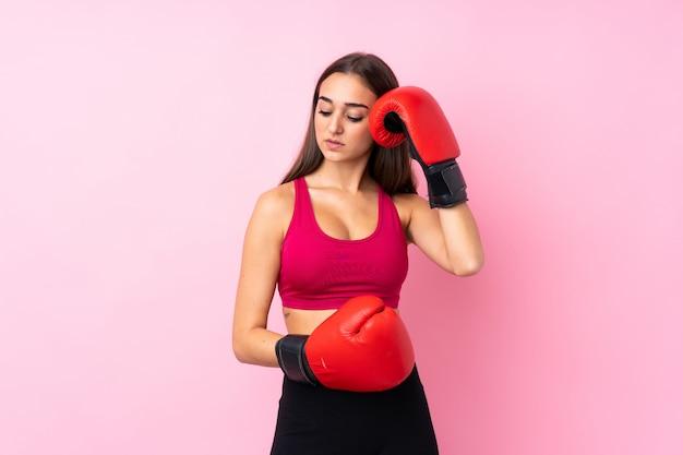 Młoda kobieta sportu z rękawice bokserskie