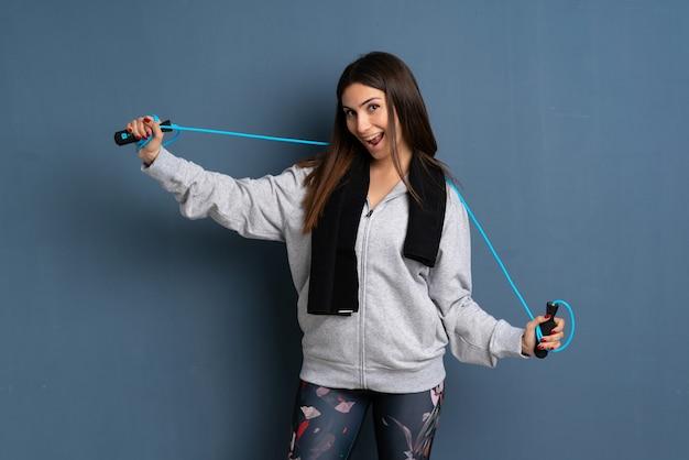 Młoda kobieta sportu z skakanka