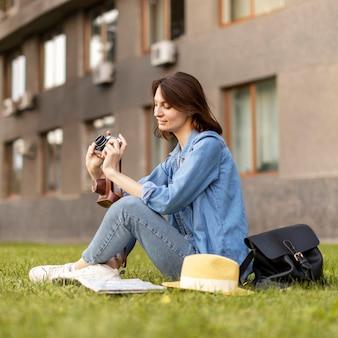 Młoda kobieta sprawdza zdjęcia zrobione na wakacje