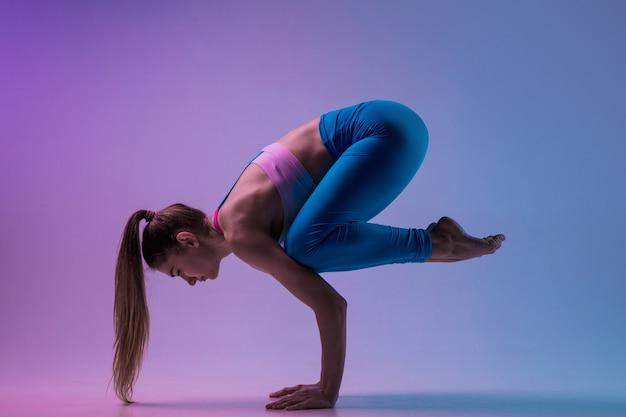 Młoda kobieta sprawny trening na białym tle