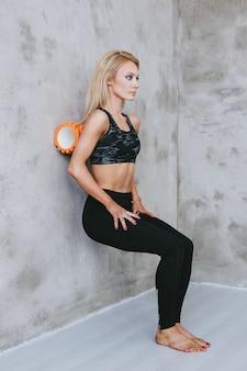 Młoda kobieta sprawny w odzieży sportowej