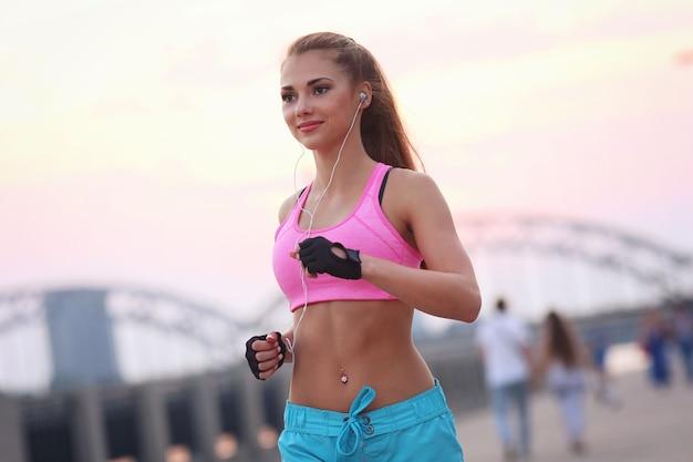 Młoda kobieta sprawny w sportowej na zewnątrz
