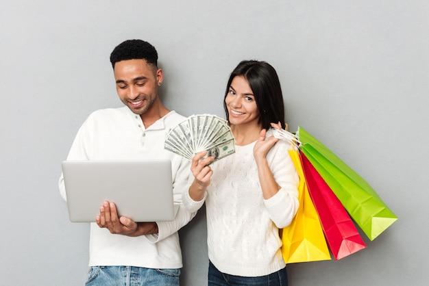 Młoda kobieta stoi blisko mężczyzna z pieniądze