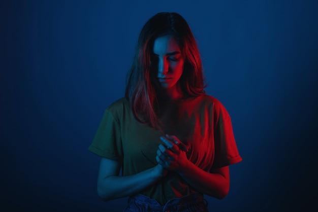 Młoda kobieta stoi z głową w dół i rękami razem.