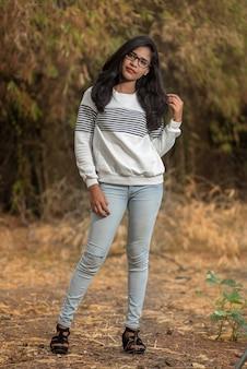 Młoda kobieta, stojąc i zabawy na świeżym powietrzu