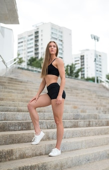 Młoda kobieta stojąc na schodach i odwracając
