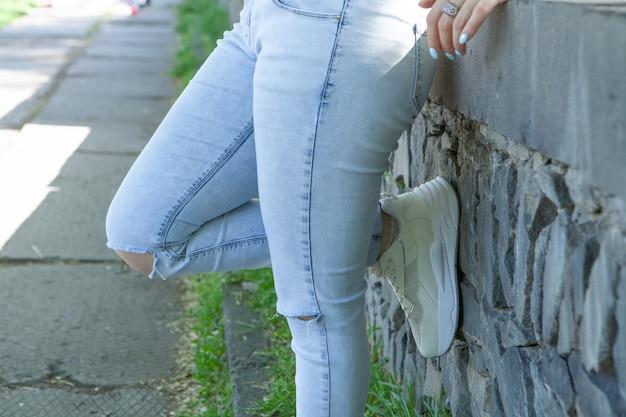 Młoda kobieta stojąca w parku