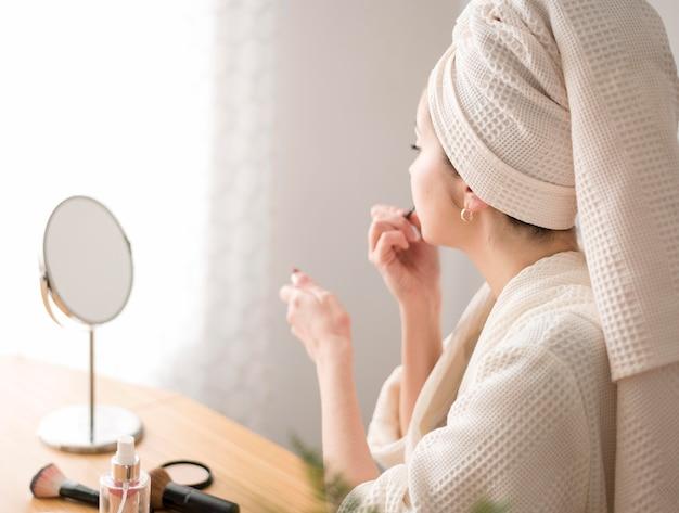 Młoda kobieta stosowania szminki