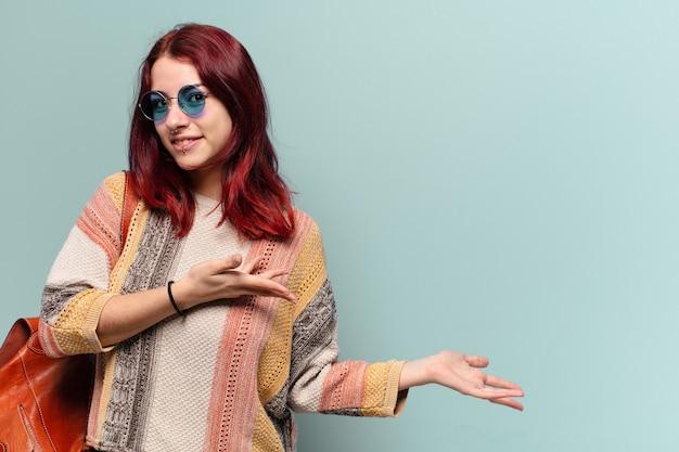 Młoda kobieta student hippie z miejsca na kopię