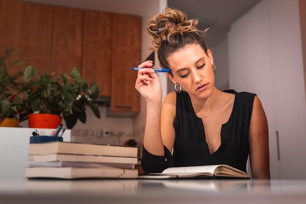 Młoda kobieta studiuje w domu