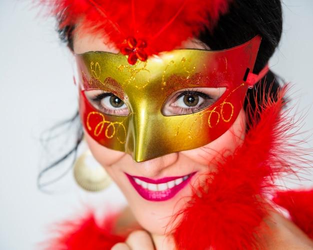 Młoda kobieta świętuje venetian karnawał
