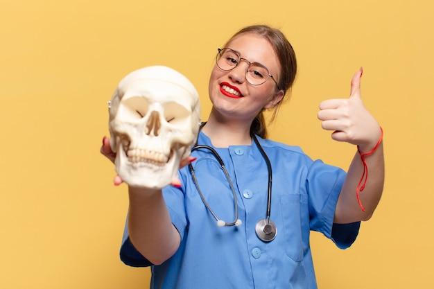 Młoda kobieta. szczęśliwa i zdziwiona exsion. koncepcja pielęgniarki