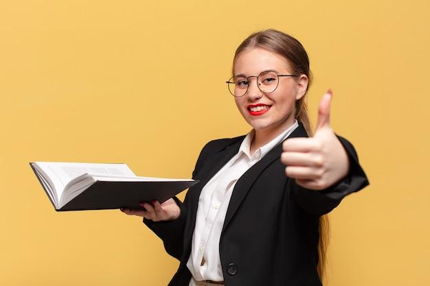 Młoda kobieta. szczęśliwa i zdziwiona exsion. pomysł na biznes