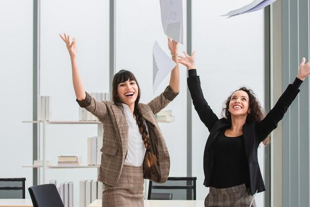 Młoda kobieta szczęśliwa w osiągnięciu sukcesu w biznesie biurowym