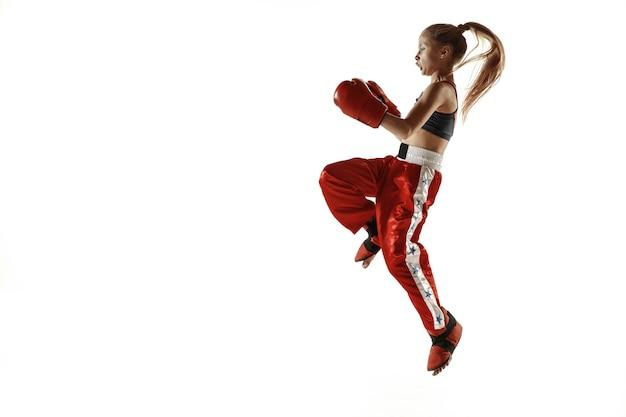 Młoda Kobieta Szkolenia Myśliwiec Kickboxing Na Białym Tle Na Białej ścianie. Kaukaski Blondynka W Czerwonej Odzieży Sportowej Praktykujących W Sztukach Walki. Pojęcie Sportu, Zdrowego Stylu życia, Ruchu, Akcji, Młodzieży. Darmowe Zdjęcia