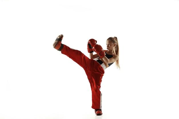 Młoda Kobieta Szkolenia Myśliwiec Kickboxing Na Białym Tle Na Białej ścianie. Kaukaski Blondynka W Czerwonej Odzieży Sportowej Praktykujących W Sztukach Walki. Pojęcie Sportu, Zdrowego Stylu życia, Ruchu, Akcji, Młodzieży. Premium Zdjęcia