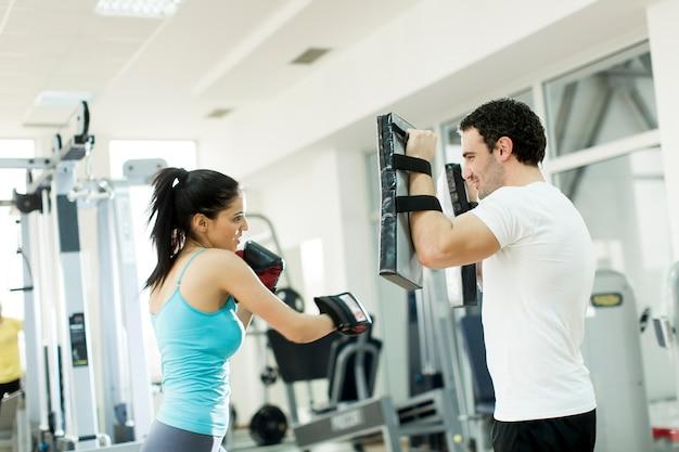 Młoda kobieta szkolenia na siłowni