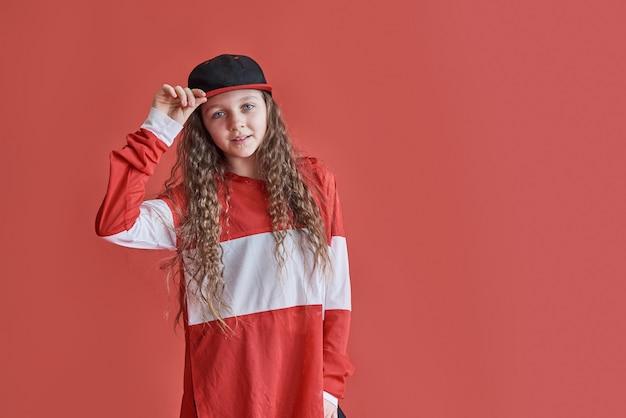Młoda kobieta tańcząca w mieście, nastolatka w nowoczesnym stylu hip-hop
