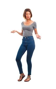 Młoda kobieta tańczy fajne