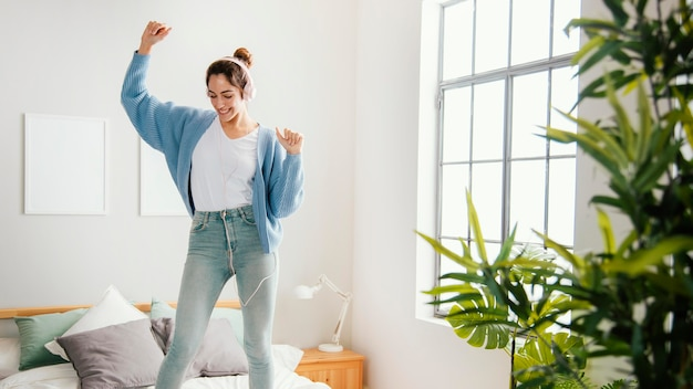 Młoda kobieta tańczy w domu
