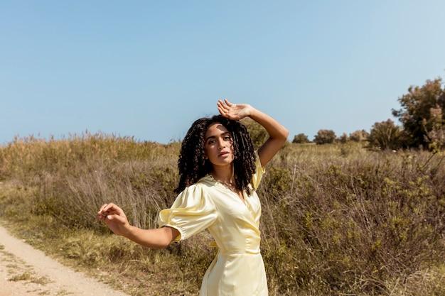 Młoda kobieta tańczy w przyrodzie