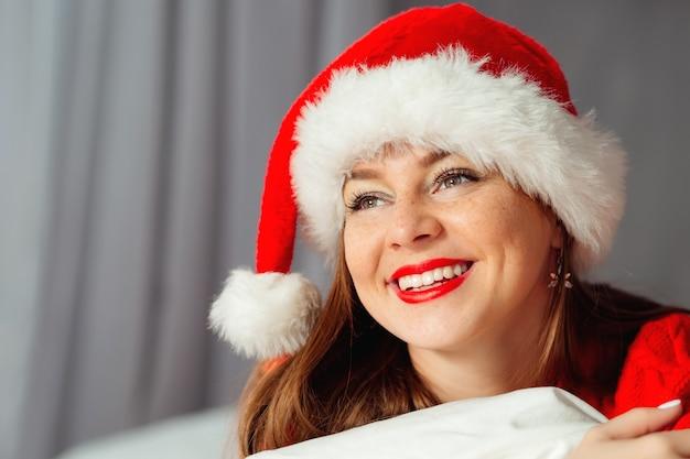 Młoda kobieta teen dziewczyna nosi kapelusz świętego mikołaja. szalona radosna dziewczyna zabawy. czas świąt.
