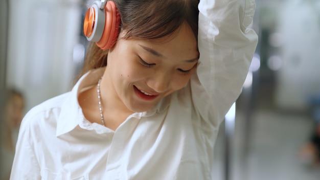 Młoda kobieta telefon komórkowy w pociągu publicznym. koncepcja dojazdów do pracy w stylu życia miasta.