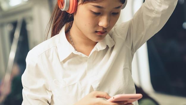 Młoda kobieta telefon komórkowy w pociągu publicznym