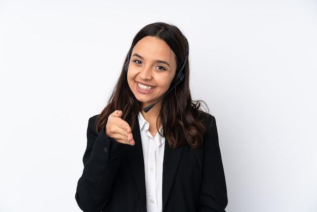 Młoda kobieta telemarketer na białej ścianie drżenie rąk do zamknięcia dobrą ofertę