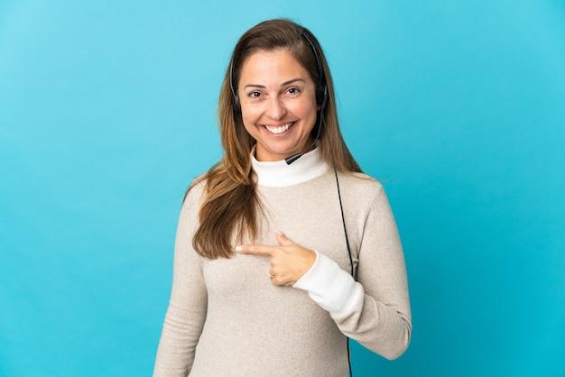 Młoda kobieta telemarketer na białym tle