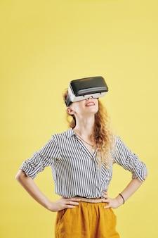 Młoda kobieta testująca nową aplikację vr