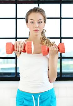 Młoda kobieta, trening na siłowni